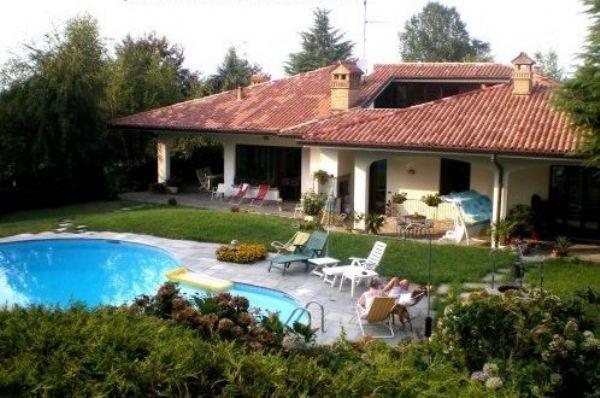 Appartamento in prestigiosa villa con piscina disponibile anche per fiction film spot - Immagini di ville con giardino ...